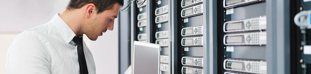 Un technicien avec ordinateur dans un data center